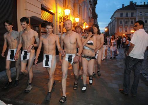 Ukrainer-protestieren-mit-Nacktlauf-gege